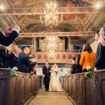 Brudpar i kyrkan | Emelie och Joakim - Foto: Viktor Sundberg