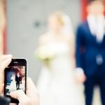 Mobilfotograf fotograferar brudpar - Foto: Viktor Sundberg
