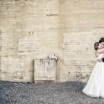 Bröllopsfoto mot betongvägg | Sophie och Johan - Foto: Viktor Sundberg