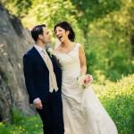 Brudpar skrattar i skogen | Alexandra och Mikael - Foto: Viktor Sundberg