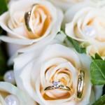 Vigselringar i brudbuketten - Foto: Viktor Sundberg