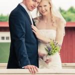 Brudpar på verandan | Pernilla och Calle - Foto: Viktor Sundberg