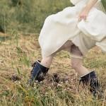 Stövlar omkring i brudklänning - Foto: Viktor Sundberg