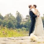 Brudparet kysser på piren | Maria och Karl - Foto: Viktor Sundberg