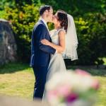 Kyss utanför kyrkan | Alexandra och Mikael - Foto: Viktor Sundberg