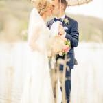 Brudpar under paraply - Foto: Viktor Sundberg