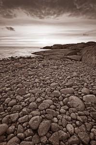 Stenig strand på Höno