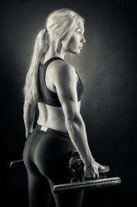 Nathalie Larsen med skridskor (svartvitt) - Foto: Viktor Sundberg