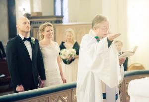 Präst med brudpar - Foto: Viktor Sundberg