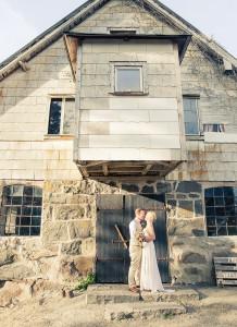 Brudpar vid gammalt hus - Foto: Viktor Sundberg, bröllopsfotograf Göteborg